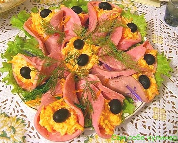 Закуска Колокольчики из сыра с колбасой рецепт с фото