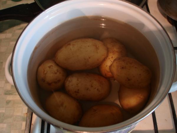 ставим вариться картофель в мундире