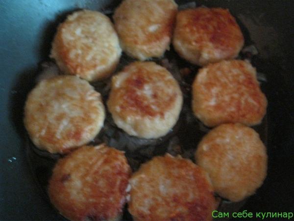обжарить картофельные клецки до румяной корочки