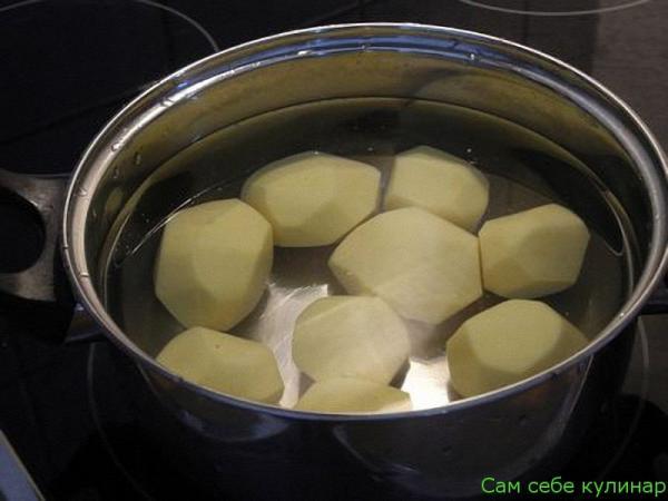 Картофель почистить и отварить