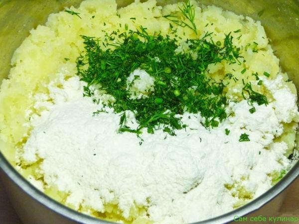 В пюре добавить измельченный укроп, протертый сыр
