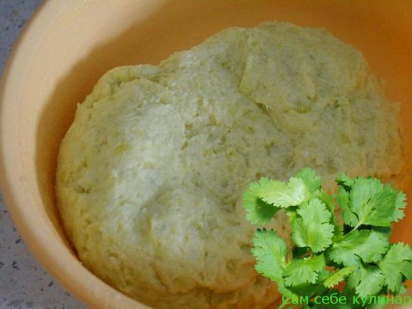 картофельное тесто должно стать однородным и слегка отставать от рук