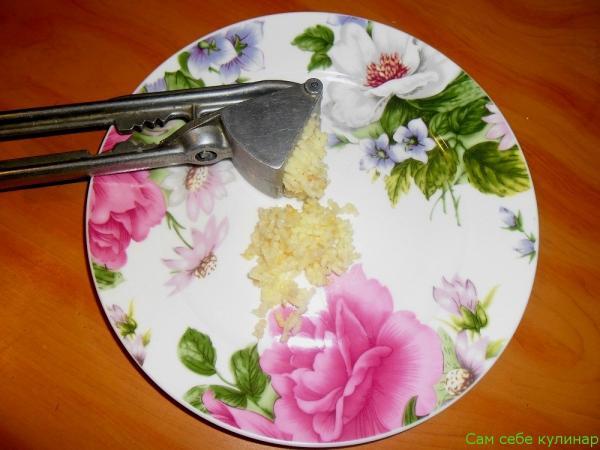 чеснок выдавленный на тарелке