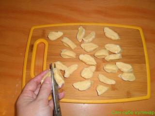 нарезать тесто для галушек ножницами