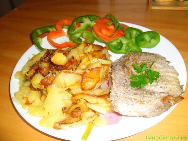 картошка жареная на тарелке с мясом