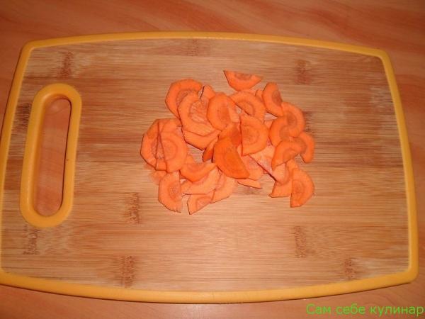 морковь нарезать половинками кружочков