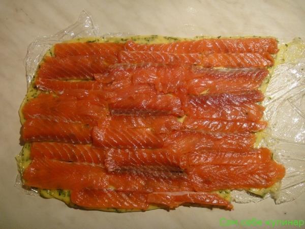 на слой раскатанного сыра выложить рыбу