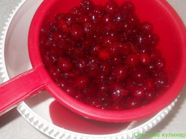 поставьте фрукты и ягоды стекать