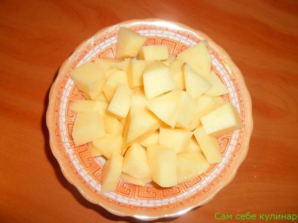 картофель нарезать крупными кубиками