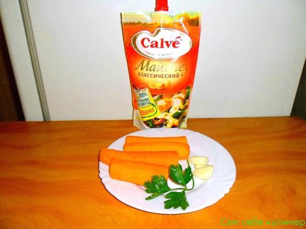 морковь чеснок на тарелке пачка майонеза кальве