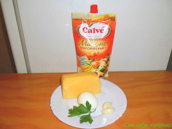 сыр вареное яйцо чеснок на тарелке пачка майонеза кальве