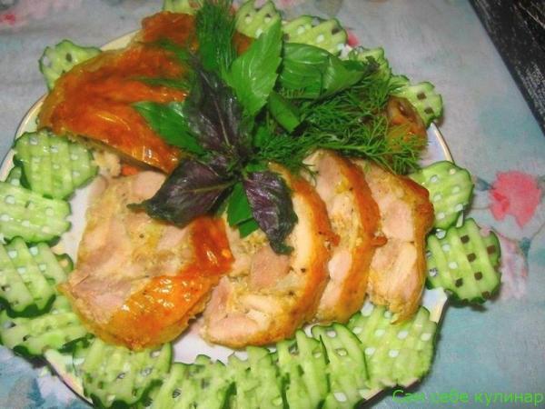 Куриные ножки фаршированные на тарелке с овощами и зеленью