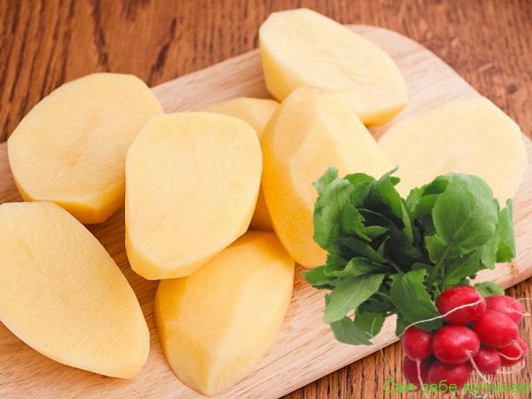 Картошку почистить и разрезать вдоль пополам