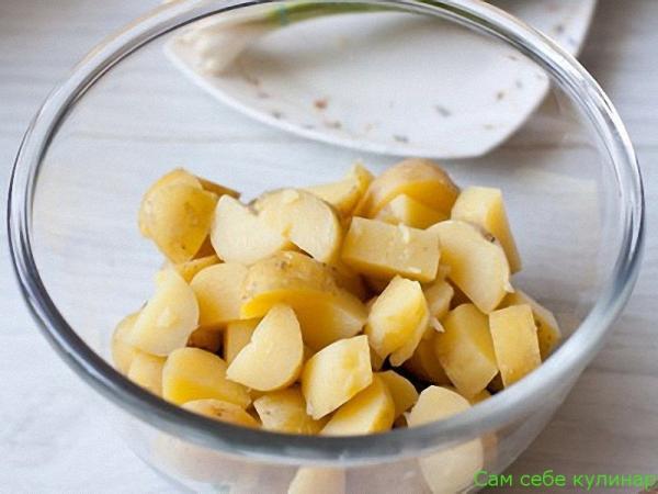 вареный картофель режем крупными кубиками