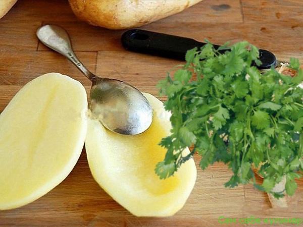 ложкой выбрать середину картофеля