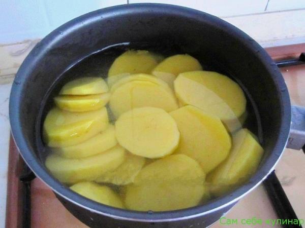 отварить картошку нарезанную кружочками