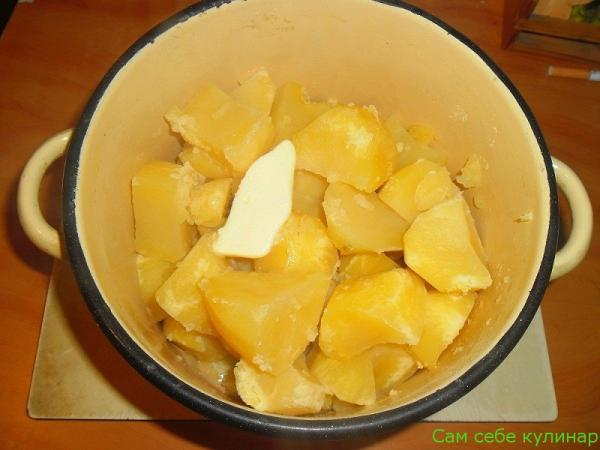 в горячую картошку кладем сливочное масло