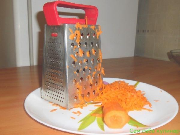 Сырую морковь натереть на крупной терке