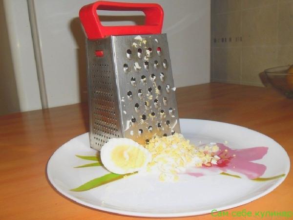яйцо натереть на терке