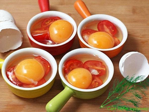 положить яйцо в формочку