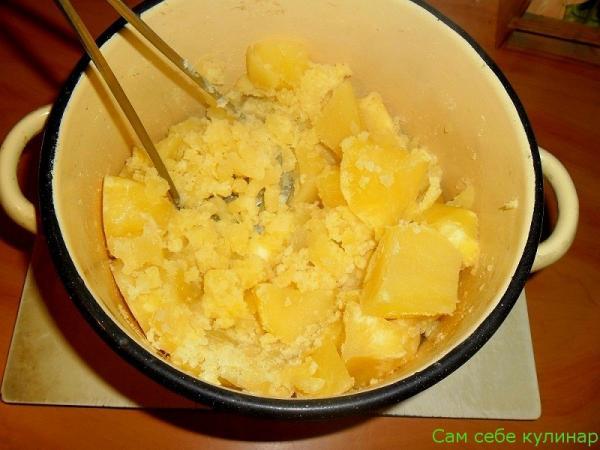 горячую картошку размять толкушкой