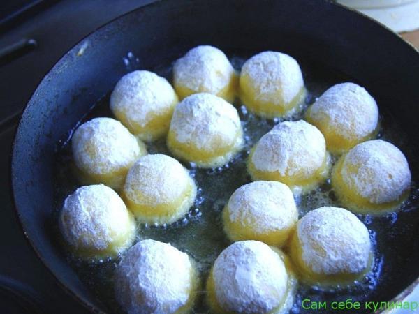 жарим сырные шарики в масле на сковороде