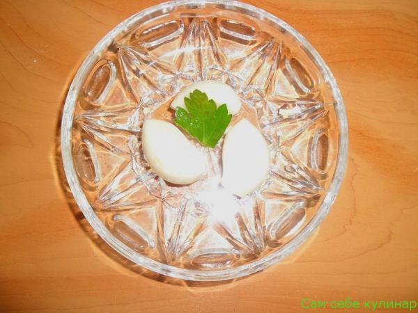 зубчики чеснока на тарелке