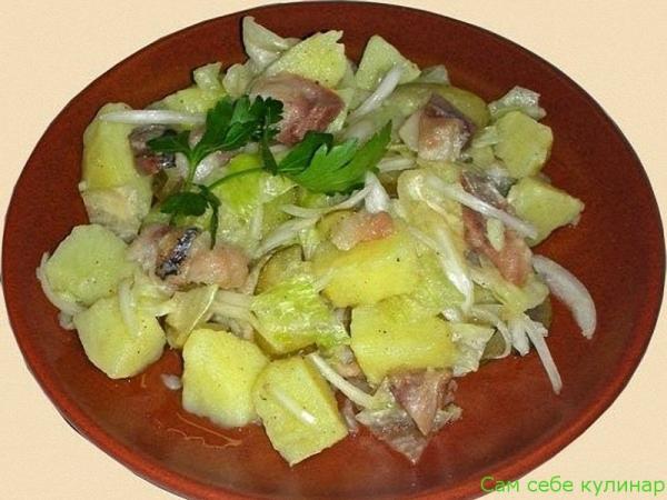 Картофельный салат с рыбой на тарелке
