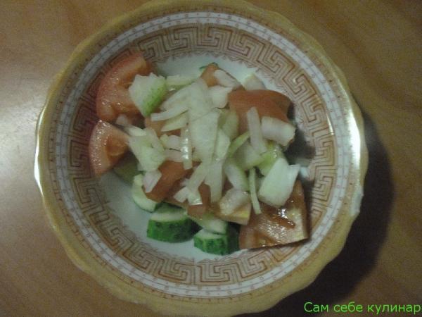 порезанный лук кладем в тарелку
