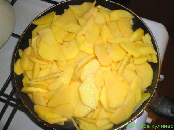 начинаем жарить картошку