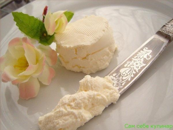 сыр маскарпоне на тарелке