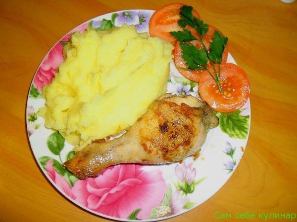 пюре с курицей на тарелке