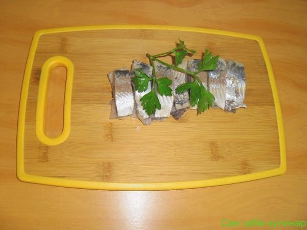 филе селедки порезать на кусочки