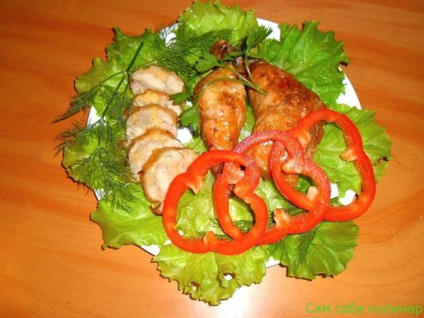 куриные ножки фаршированные нарезанные на тарелке с зеленью