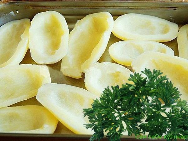 Отваренный картофель выкладываем на смазанный маслом противень