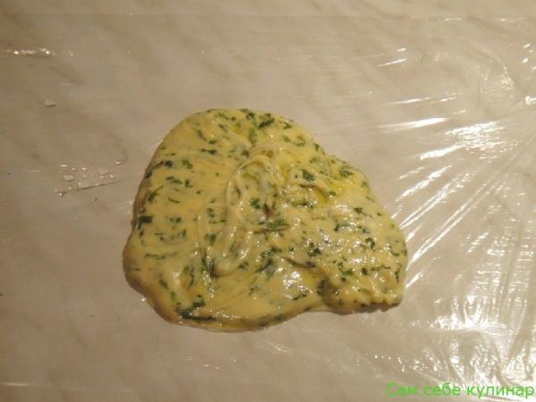 на пленку выложить сырную массу