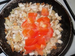 помидоры обжарить с курицей и луком