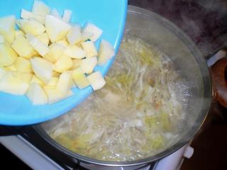 картофель кладем в бульон