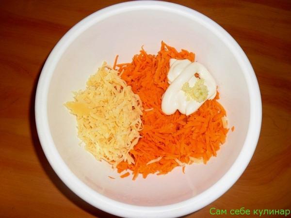морковь натертая на терке натертый сыр чеснок майонез в миске