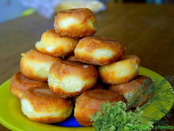 Сырные шарики жареные с чесноком на тарелке