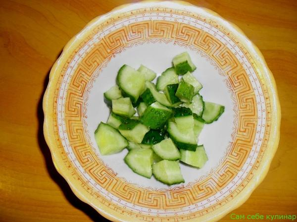 огурец нарезанный в тарелке