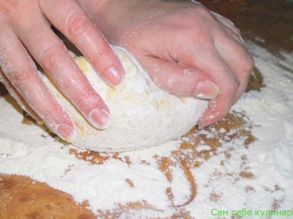 вымесить тесто с мукой