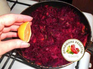 добавить в обжарку для борща лимон или уксус