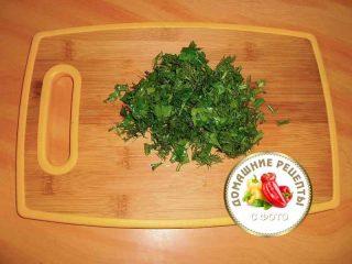 нарезанная зелень на доске