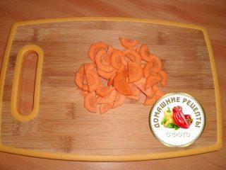 морковь почистить и нарезать