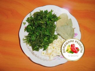 нарезанная зелень, чеснок и кладем лавровый лист для щей