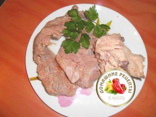 достать сваренное мясо из бульона