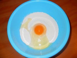 в муку кладем яйцо