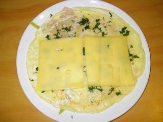 сыр кладем на блин