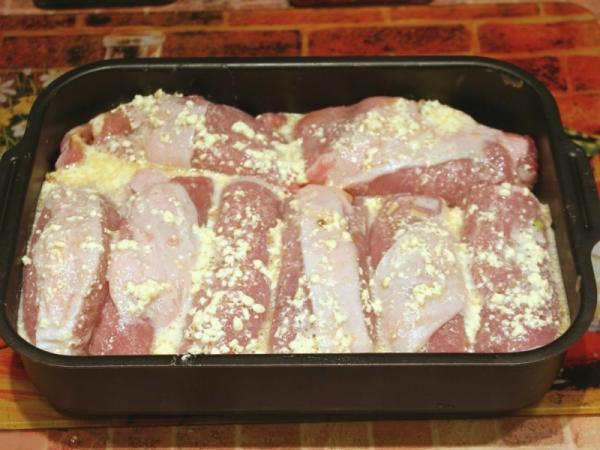 Рулетики из свинины  посыпать сыром